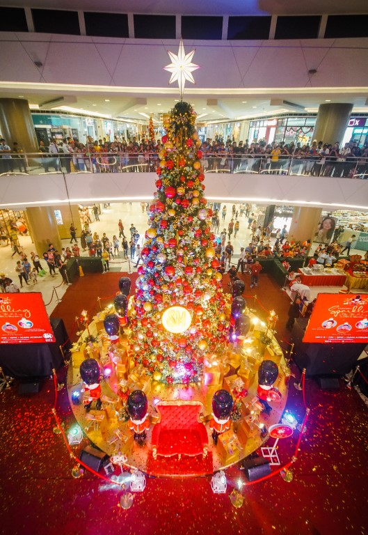 SM City Marilao's Royal Christmas Tree set aglow as more than 20,000 LED lights and ornaments as well as hundred yards of garlands and wreaths adorned the centerpiece. The sheer height and immense density of lights on the Christmas tree makes it picturesque and a 'must-see' attraction for both young and old.